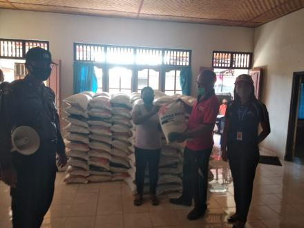 Pembagian Bantuan Sosial Beras Kepada PKH di Desa Padangbulia